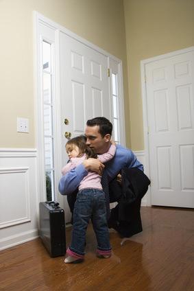 Väter verbringen mehr Zeit im Büro